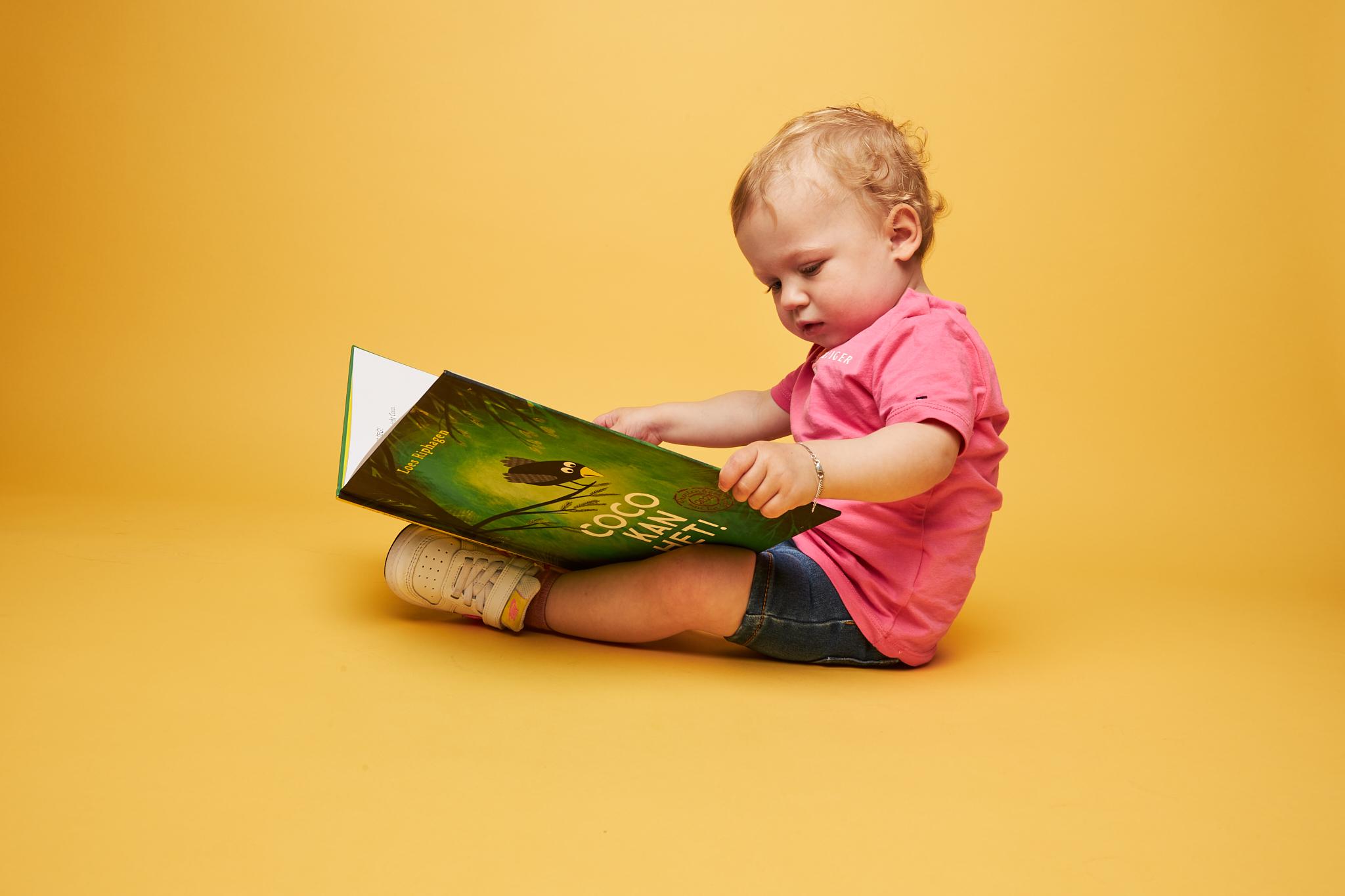 peuter met boek