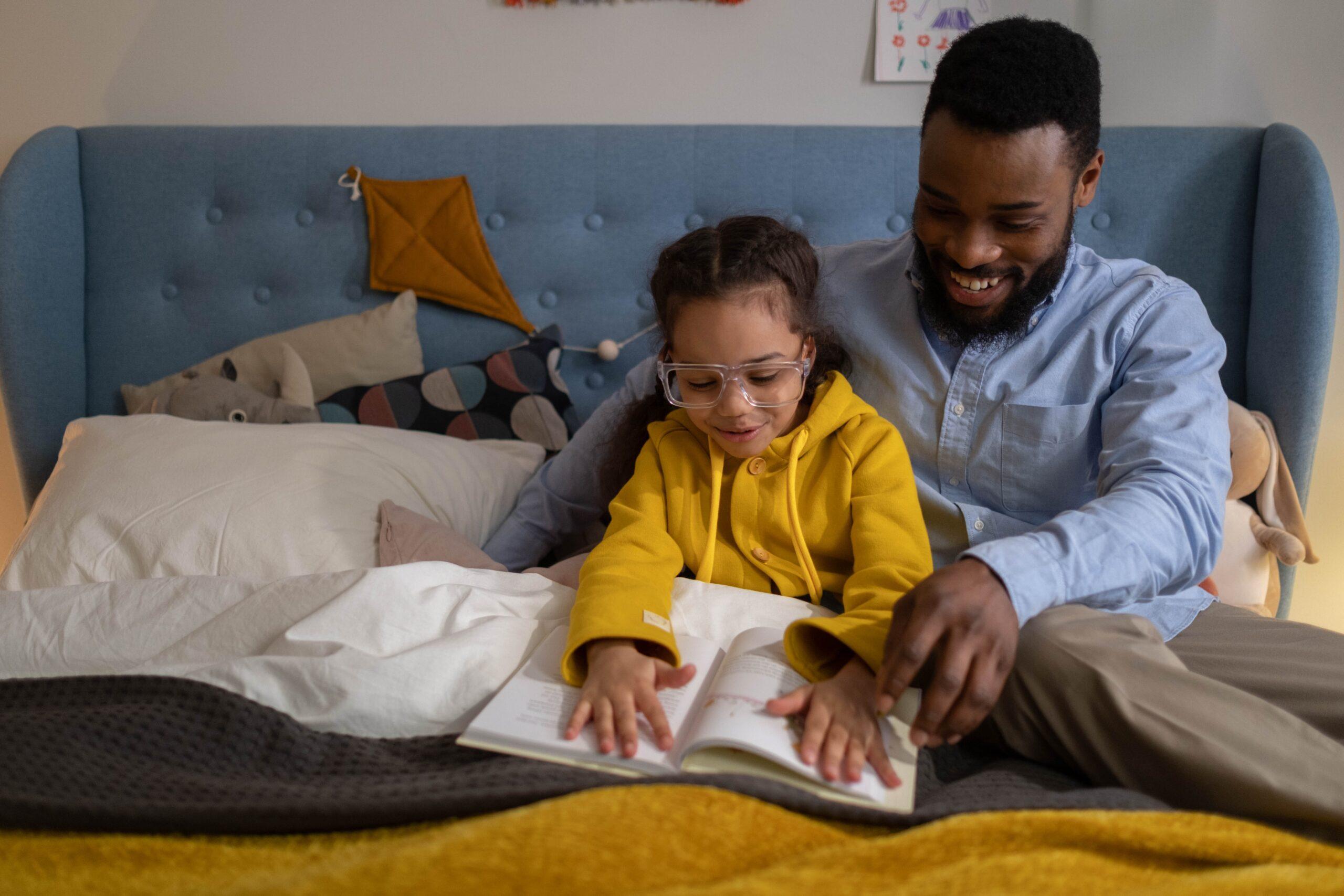 Voorlezen vader dochter